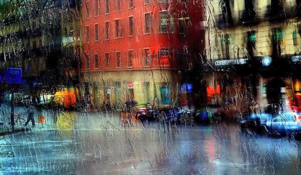 plouă hai să ne ascundem în spatele pleoapelor