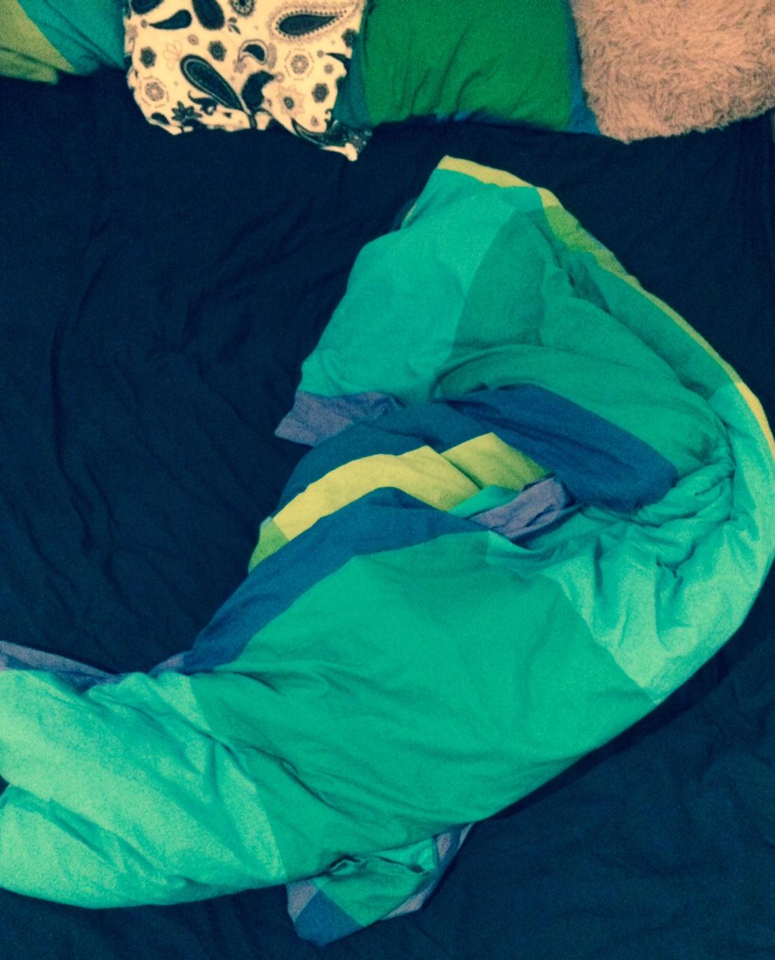 Misterul păturii care stă numai pe iubita ta. Posibile explicații.