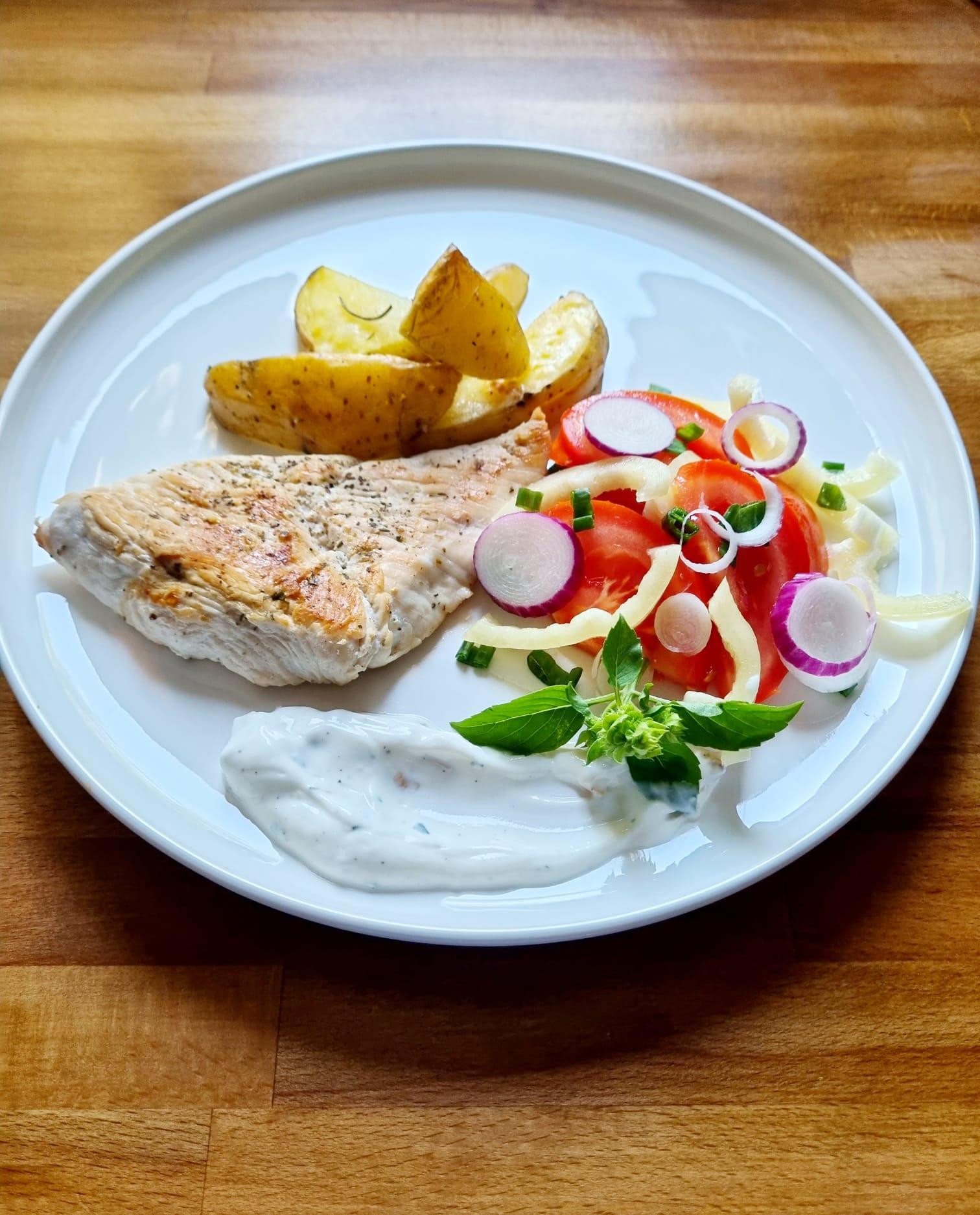 Prânz sănătos – piept de curcan cu salată și cartofi la cuptor