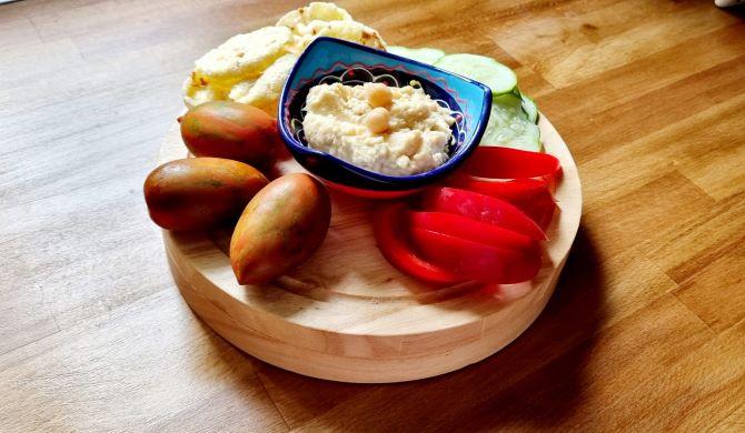 Gustare sănătoasă: hummus cu legume și chipsuri de quinoa